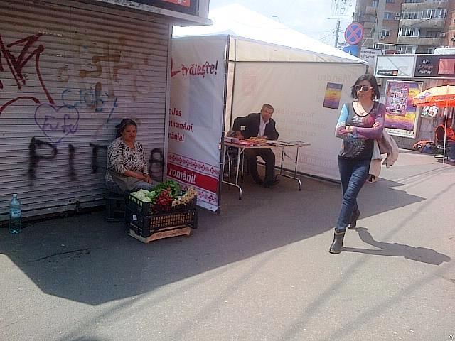 Vedere din Bucureşti. Cort electoral vs. legătura de ridichi. Foto cu telefonul: Călin Hera
