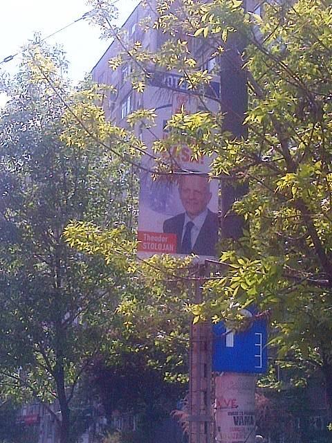 Vedere din Bucureşti. Reclamă electorală cu Theodor Stolojan, PDL, stradală aşezată nedibaci. Foto (cu telefonul): Călin Hera