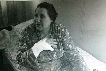 Nina Lazarenco, rănită după ce ambulanţa în care se afla a fost ciuruită  (29 martie 1992). Foto Sorin Stanciu / Revista NU