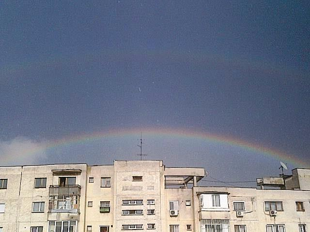 Vedere din Bucureşti. Două curcubee în mijlocul unei ploi zdravene. Foto (cu telefonul): Călin Hera