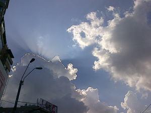 Dincolo de nori se întâmplă ceva. Foto cu telefonul: Călin Hera