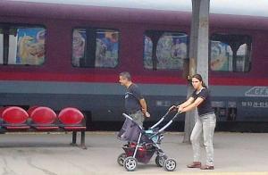 Graffiti oglindit într-un vagon şi familie ieşită la cules. Foto cu telefonul: Călin Hera