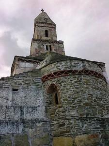 Biserica Densuş, cea mai veche de pe teriotoriul României şi unul dintre cele mai stranii monumente, văzută primăvara. Foto cu telefonul: Călin Hera