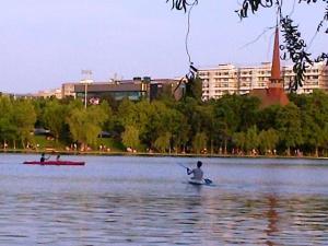 Vedere din Bucureşti. În caiac pe lacul IOR. Foto cu telefonul: Călin Hera