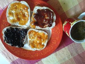 Mic dejun. Fotografie pentru Facebook. Foto cu telefonul: Călin Hera