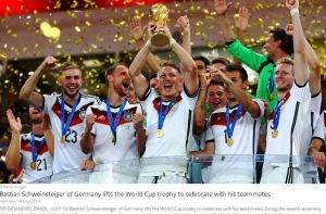 Bastian Schweinsteiger ridică, fericit, Cupa Mondială. Sursa foto: fifa.com
