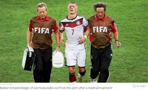 Bastian Schweinsteiger iese puţin de pe teren, cu obrazul plin de sânge. Sursa foto: fifa.com