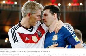 Schweinsteiger îl consolează pe Messi. Sursa foto: fifa.com