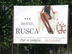 Panou publicitar la ieşirea din Hunedoara, prin care se face reclamă hotelului Rusca. Foto: Călin Hera