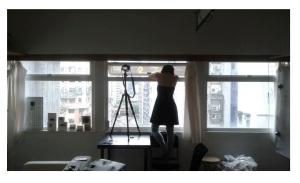 Chloe Cheuk privind protestele din Hong Kong de la fereastra studioului