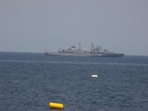 Vedere de la mare. Navă de război în larg, în dreptul Constanţei. Foto: Călin Hera