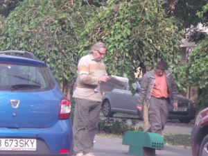 Vedere din Bucureşti. Bărbat citind un ziar, ediţia print. Foto: Călin Hera