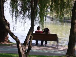 Vedere din Bucureşti. Pereche într-o atitudine romantică, plină de candoare, pe malul lacului IOR. Foto: Călin Hera