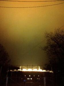 Vedere din Bucureşti. Arena Naţională aruncă pe cer lumini trăzite. Foto (cu telefonul): Călin Hera