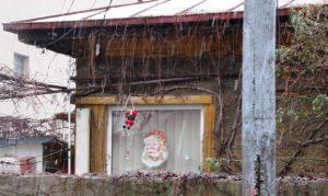 Vedere din Bucureşti. Moş Crăciun de la fereastră. Foto: Călin Hera
