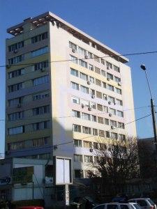 Vedere din Bucureşti. Faţadă de bloc comunist, reabilitat termic, scăldată în lumina soarelui de dimineaţa. Foto: Călin Hera