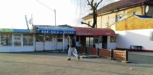 Vedere din Bucureşti. Sală de jocuri la capătul lumii - Staţia RATB CFR Progresul. Foto cu telefonul: Călin Hera