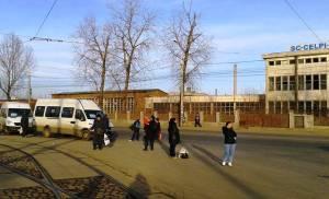 Vedere din Bucureşti. Aştptând o ocazie la capătul lumii - Staţia RATB CFR Progresul. Foto cu telefonul: Călin Hera