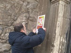 """Fixând un afiş prin care anunţam marele eveniment - lansarea cărţii """"Îmi pun singur miere în ceai"""". Foto: Oc"""