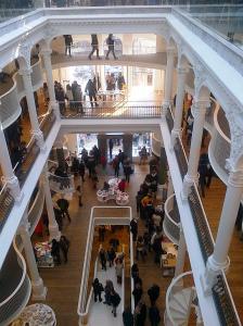 Vedere din Bucureşti. Noua librărie Cărtureşti, strada Lipscani. Foto (cu telefonul) : Călin Hera