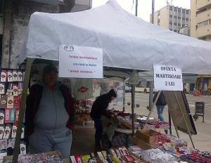 """Vedere din Bucureşti. Tarabă cu mărţişoare în  Piaţa Romană, de unde aflăm că avem de a face cu un """"brend"""" naţional. Foto cu telefonul Călin Hera"""