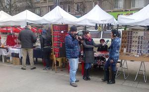 Vedere din Bucureşti. O echipă Realitatea TV intervievează oameni care cumpără mărţişoare în Piaţa Romană. Foto cu telefonul Călin Hera