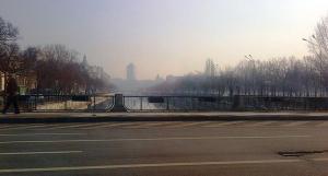 Vedere din Bucureşti. Pod peste râul Dâmboviţa cu cer senin şi groapă în asfalt. Foto cu telefonul: Călin Hera (mfc)