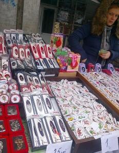 Vedere din Bucureşti. Tarabă cu mărţioare la Piaţa Romană. Foto cu telefonul: Călin Hera