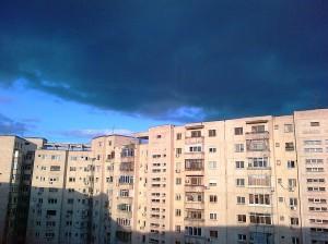 Vedere din Bucureşti. Cerul înnorat deasupra noastră, într-o după-amiază de martie, înainte de eclipsă. Foto cu telefonul: Călin Hera