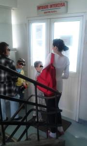 """Vedere din Bucureşti. """"Sala de aşteptare"""" a secţiei ORL dintr-un spital bucureştean. Foto cu telefonul: Călin Hera"""