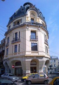 Vedere din București. Bloc frumos la un colț de stradă în spatele Spitalului Colțea. Foto: Calin Hera (MfC)
