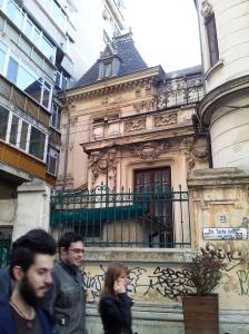 Vedere din București. De casa care i-a aparținut lui Take Ionescu a fost lipit un bloc. Foto cu telefonul: Călin Hera