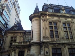 Vedere din București. Ferestrele vechii sere a casei Take Ionescu și turnul unde se afla sursa de apă. Foto cu telefonul: Călin Hera