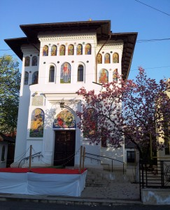 Vedere din Bucureşti. Biserica Magnoliilor. Foto: Călin Hera