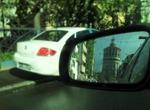 Vedere din București. Foișorul de foc văzut în oglinda retrovizoare. Foto cu telefonul: Călin Hera