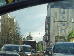 Vedere din București. Foișorul de foc văzut în oglinda retrovizoare. După alte câteva minute. Foto cu telefonul: Călin Hera