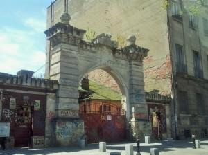 Vedere din București. Poarta mea preferată de pe bd. Mihail Kogălniceanu. Foto cu telefonul: Călin Hera