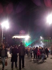 Vedere din București. Trasoare pașnice în Piața Palatului. Festivalul Luminii 2015. Foto cu telefonul: Călin Hera