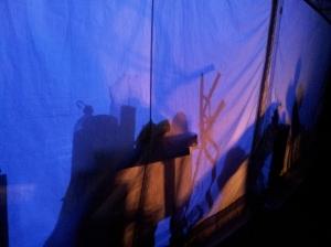 Vedere din București. Spectacol de lumini, umbre și culori pe un cort de lângă Sala Palatului. Foto cu telefonul: Călin Hera