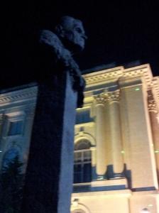 Vedere din București. Statuia lui Corneliu Coposu în timpul Festivalului Luminii, aprilie 2015. Foto cu telefonul: Călin Hera