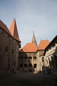 Vedere din Hunedoara. Curtea interioară a Castelului Corvinilor. Foto: Calin Hera