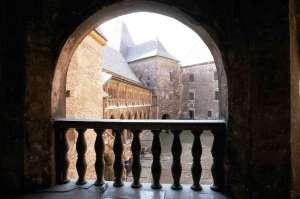 Vedere din Hunedoara. Vedere spre curtea interioară a Castelului Corvinilor. Foto: Remus Suciu