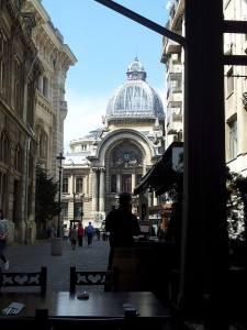 Vedere din București. Palatul CEC, văzut de pe terasa Carului cu Bere. Foto (cu telefonul): Călin Hera