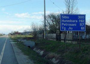 Unul dintre cele mai înepărtate indicatoare rutiere care trimite la Hunedoara. Foto cu telefonul: Călin Hera
