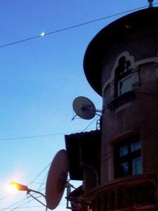 Vedere din București. Semiluna tolănită pe sârmă. Foto cu telefonul: Călin Hera
