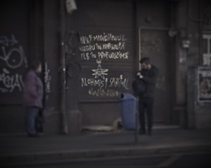 Vedere din București. Inscripția despre Magicianul negru-alb în profunzime. Foto cu telefonul: Călin Hera