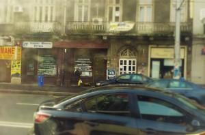 Vedere din București. Inscripția despre Magicianul negru-alb în profunzime, acoperită acum de afișe. Foto cu telefonul: Călin Hera
