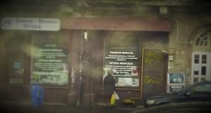 Vedere din București. Inscripția despre Magicianul negru-alb în profunzime, acoperită acum de afișe (detaliu). Foto cu telefonul: Călin Hera