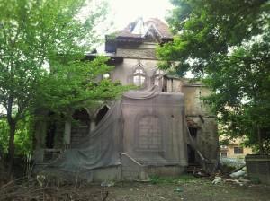 Vedere din București. Casă cu ieșiri pe Agricultori și Pache Protopopescu, lăsată să se prăbușească. Foto cu telefonul: Călin Hera