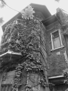 Vedere din București. Casă pe Pache Protopopescu. De vânzare (încă în picioare) - detaliu - balcon deasupra trotuarului. Foto cu telefonul: Călin Hera